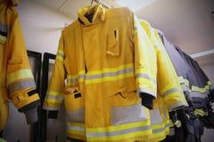 消防队员衣服和设备准备好操作,商店设备的,消防队员的保护设备消防队员室 库存照片