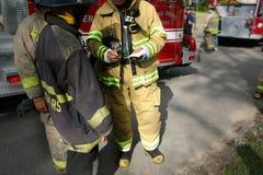 消防队员配合 免版税库存照片