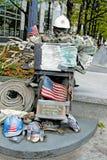 消防队员雕象俯视自由塔 免版税库存图片