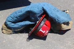 消防队员齿轮在自由港 免版税库存照片