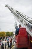 消防队员oparating的起重机 库存照片