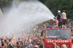 消防队在人群的浪花水 免版税库存图片