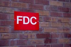 消防队在大厦砖墙上的连接标志  库存图片