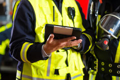 消防队在片剂计算机上的部署计划 免版税库存照片