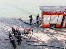 巴黎消防队从塞纳河的积土坦克 免版税库存图片