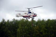 消防直升机КР - 32个Ð 泵浦浇灌 免版税库存照片