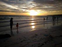 消费在Bira海滩,南苏拉威西岛,印度尼西亚,亚洲,旅行的日落时间 免版税图库摄影