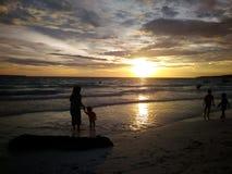 消费在Bira海滩,南苏拉威西岛,印度尼西亚,亚洲,旅行的日落时间 库存照片