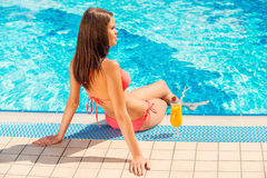 消费夏时游泳池边 库存图片