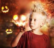 涉及万圣节鬼魂的男孩 免版税库存图片