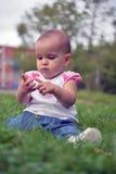 涉及她的手指的逗人喜爱的矮小的女婴 免版税库存照片