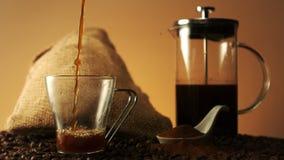 涌入一个玻璃杯子的咖啡 影视素材