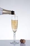 涌入一块典雅的玻璃的香宾 免版税库存图片