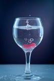 涌入一块透明玻璃的纯净的水 库存照片