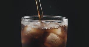 涌入与冰的玻璃的特写镜头可乐 库存图片