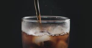 涌入与冰的玻璃的特写镜头可乐 库存照片