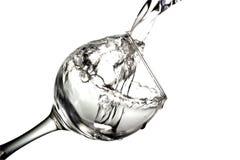 水涌入在白色背景,单色图象的一块玻璃 免版税库存图片