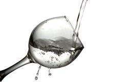 水涌入在白色背景,单色图象的一块玻璃 免版税库存照片