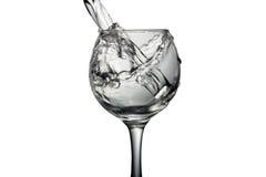 水涌入在白色背景,单色图象的一块玻璃 图库摄影