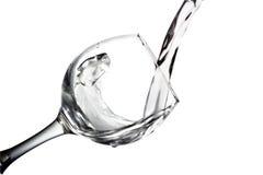 水涌入在白色背景,单色图象的一块玻璃 免版税图库摄影