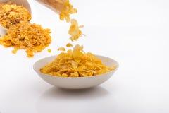 涌入在Spi后的白色Minimalistic碗的玉米片 免版税库存图片