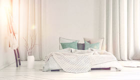 涌入有长的白色帷幕的卧室的太阳 图库摄影