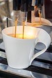 涌入杯子的咖啡 库存图片