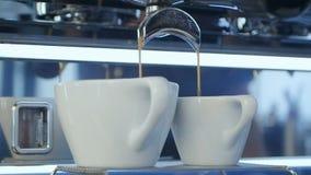涌入杯子的浓咖啡 股票视频