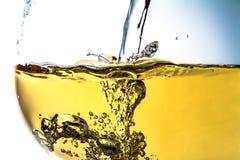 涌入玻璃特写镜头,酒,飞溅,飞溅,泡影,嘶嘶响的酒小河  明亮的照片 免版税库存图片