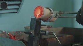 涌入锭模的溶解的金子 涌入锭模的溶解的金子 是铸件的金属或的金子 影视素材