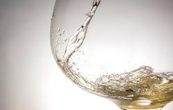 涌入玻璃特写镜头,酒,飞溅,泡影,嘶嘶响的酒小河  库存照片
