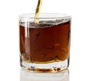 涌入玻璃的威士忌酒 免版税库存照片