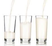 涌入玻璃的新鲜的牛奶 图库摄影