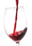 涌入玻璃的红葡萄酒 库存图片