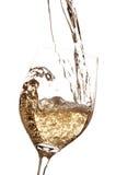 涌入玻璃的白葡萄酒 免版税库存照片