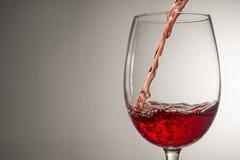 涌入玻璃,酒,飞溅,飞溅的酒小河, 库存照片
