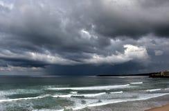 涌出的海在Cronulla海滩的一个风雨如磐的冬日 免版税库存照片