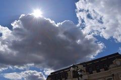 涌现从云彩的后面太阳的光芒 库存图片