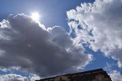 涌现从云彩的后面太阳的光芒 图库摄影