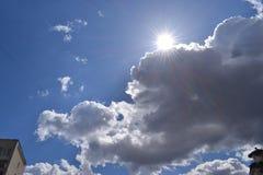 涌现从云彩的后面太阳的光芒 免版税库存照片
