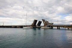 涌现从在湖Macquarie的开启桥的风船 库存图片