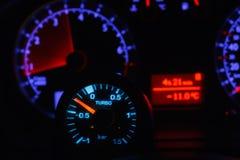 涡轮助力测量仪和模糊的未聚焦的车速表 库存照片