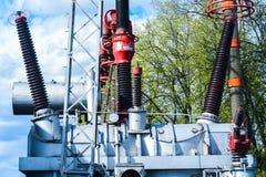 涡轮发电机在有蓝天的能源厂 库存图片