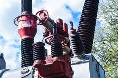 涡轮发电机在有蓝天的能源厂 免版税库存图片