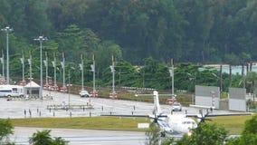 涡轮螺旋桨发动机在滑行道的曼谷航空飞机 股票录像