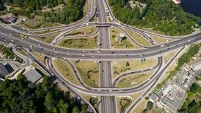 涡轮路互换的鸟瞰图在基辅 都市风景在夏天 免版税库存照片