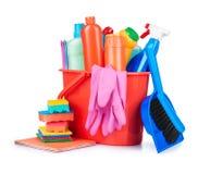 洗涤剂瓶、刷子、手套和海绵在桶 免版税库存图片