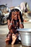 洗涤印地安街道的女孩 免版税库存照片
