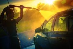 洗涤在日落的汽车 免版税库存图片