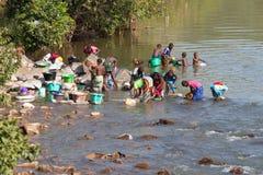 洗涤在河的妇女 免版税图库摄影